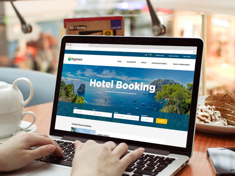 Computador mostrando página principal Booking, Booking servicio de hostelería.